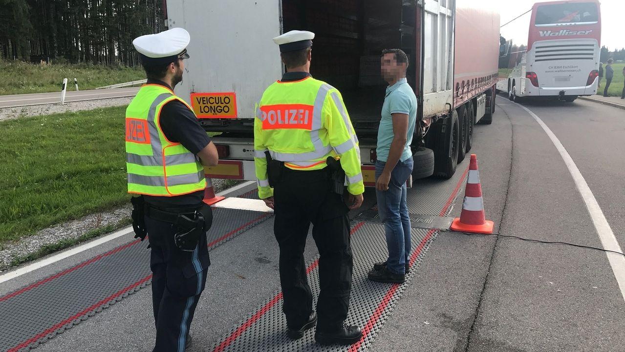 """Bei der bundesweiten Schwerpunktkontrolle """"Brummis im Blick"""" waren die Polizeibeamten auch an der B12 bei Geisenried unterwegs."""