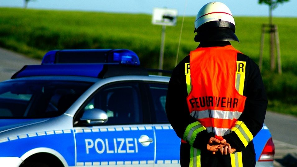 Polizei und Feuerwehr sperren Straße nach Unfall (Symbolbild)