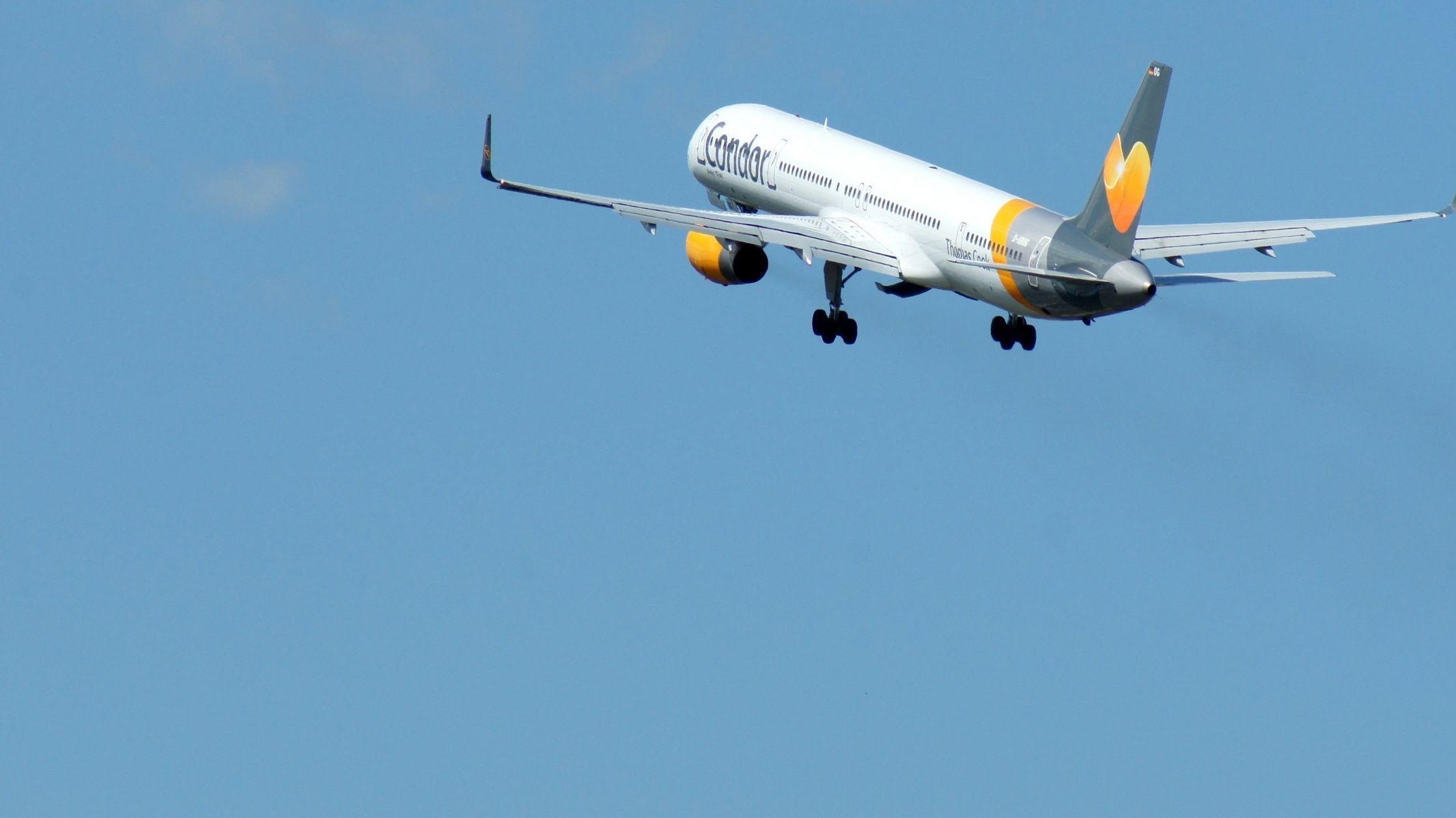 Eine Boeing 757-300 startet in Richtung Westen.