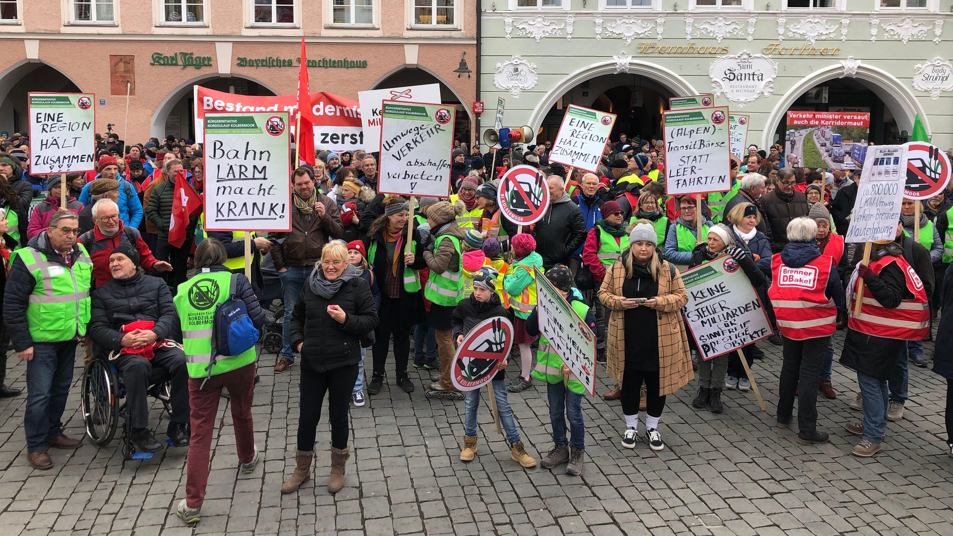 Tausende Menschen protestierten am Samstag in Rosenheim gegen den Neubau einer Hochgeschwindigkeitsstrecke in der Region.