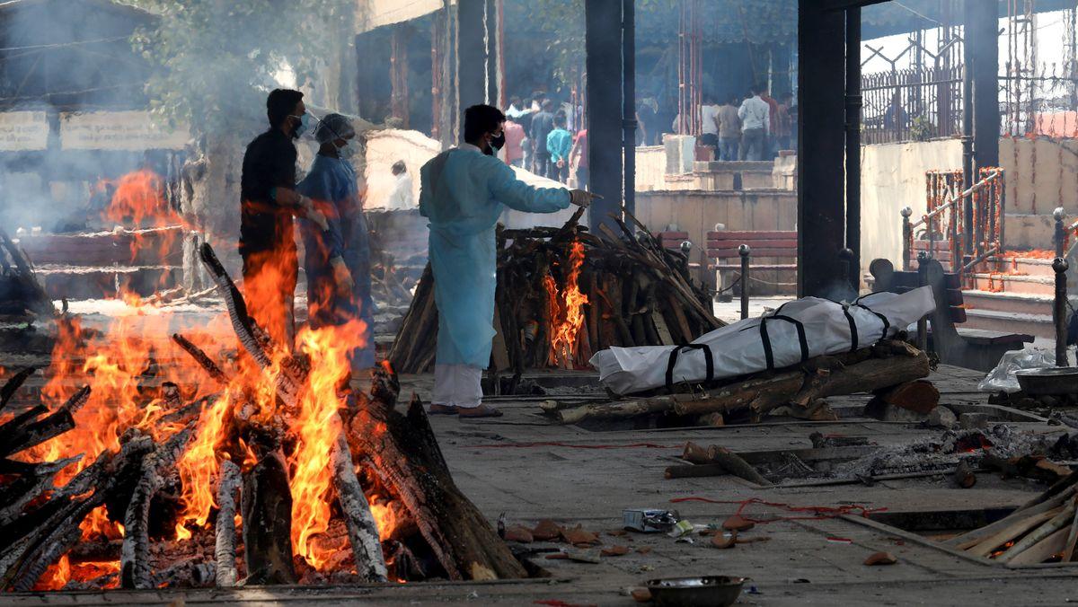 Tote werden auf der Straße verbrannt