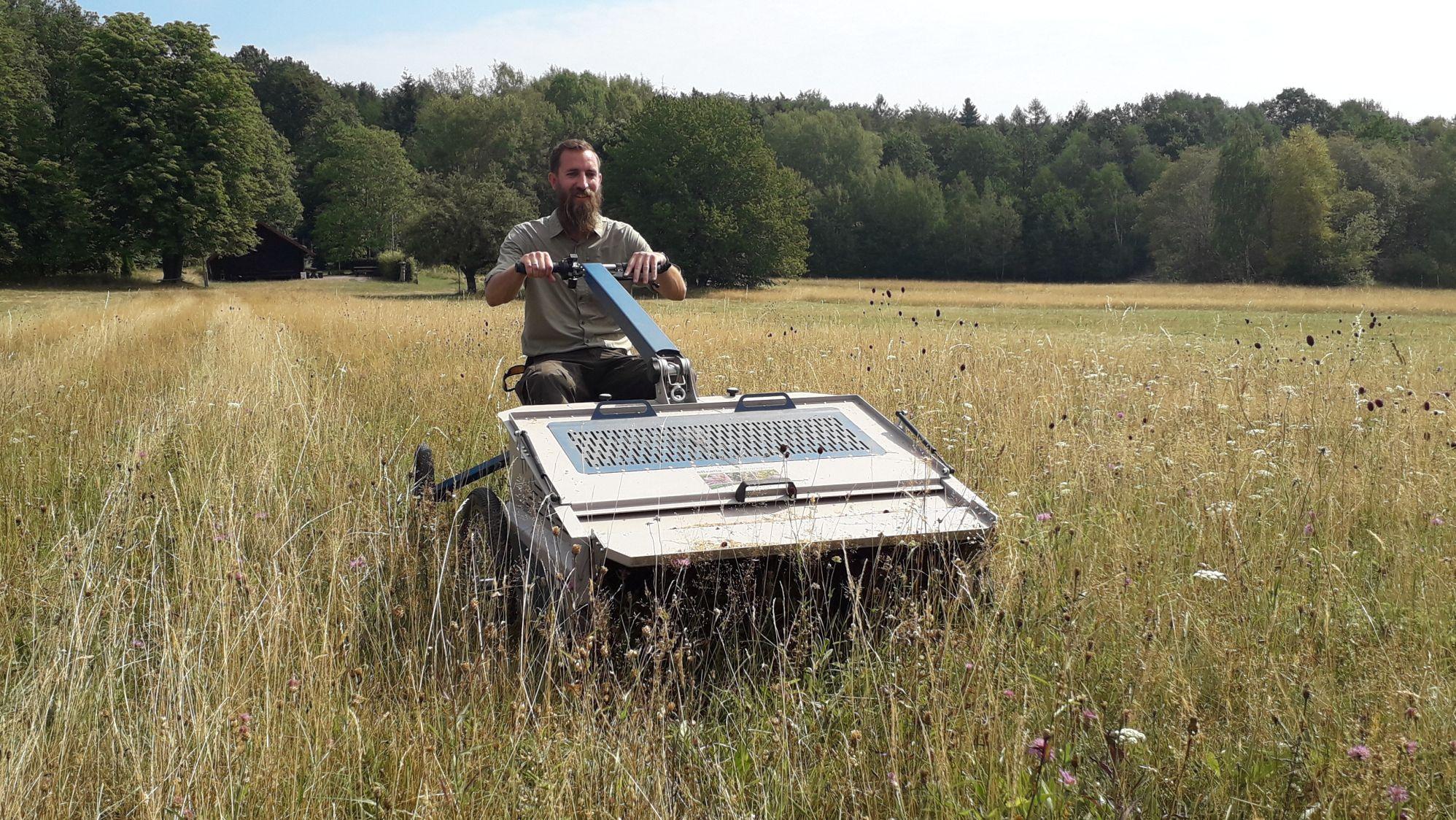 Naturpark-Ranger sammelt Pflanzensamen mit dem eBeetle.