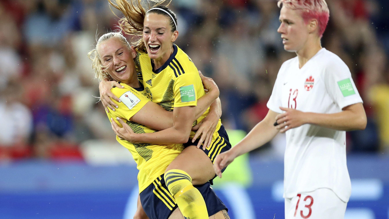 Schwedens Stina Blackstenius (l) jubelt nachdem sie das erste Tor ihrer Mannschaft erzielt hat.