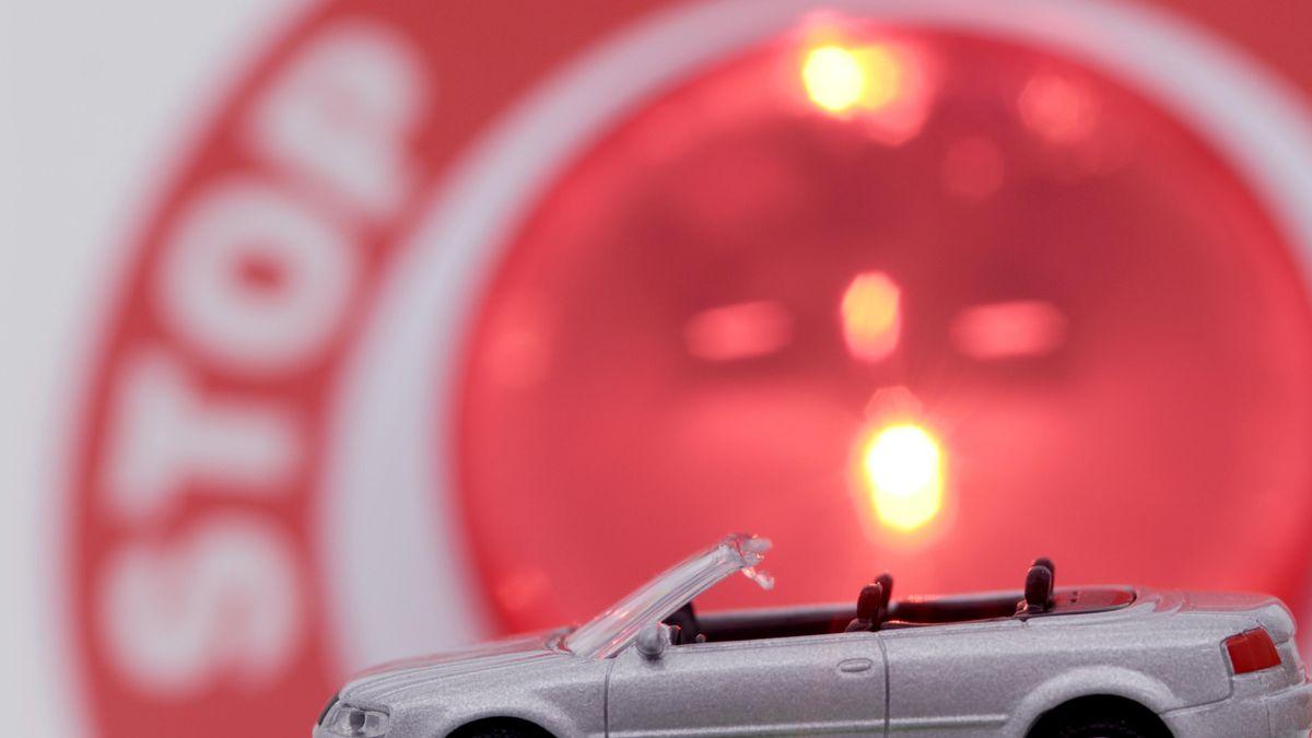 Ein Spielzeugauto vor einem Stoppschild