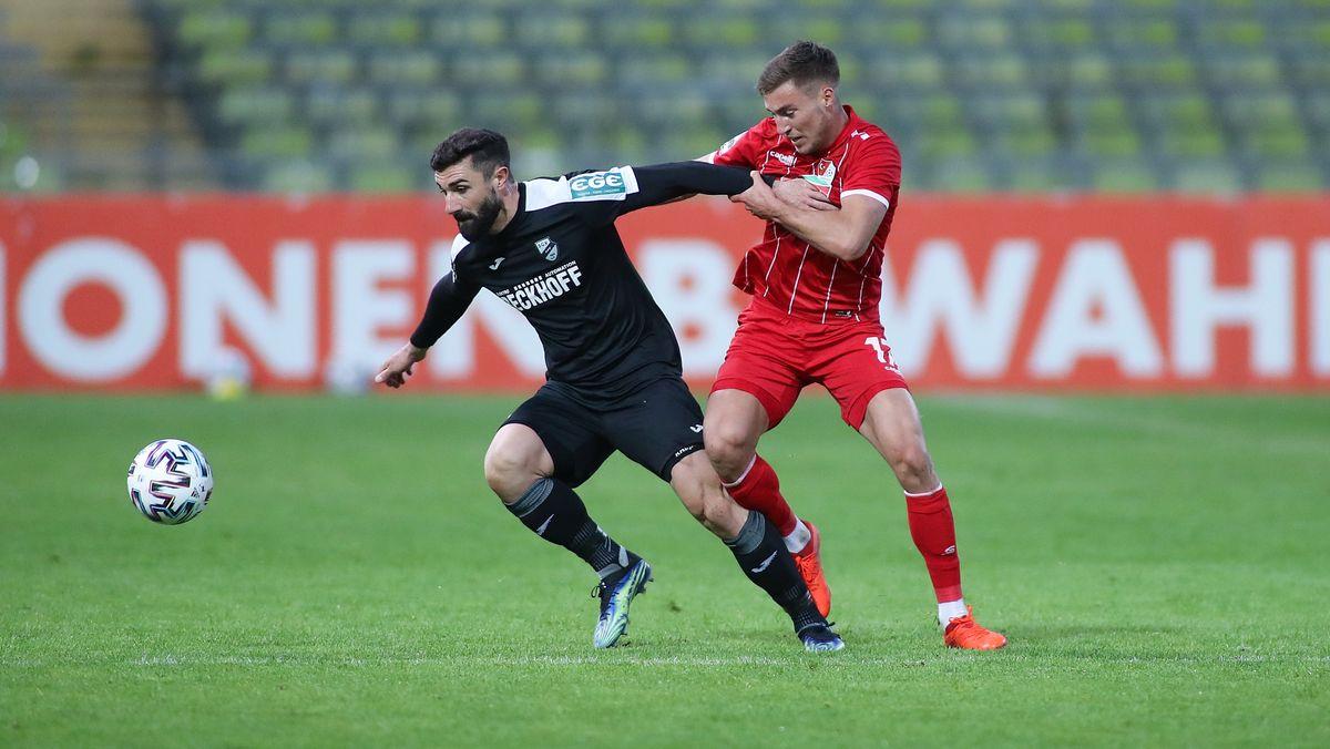 Im Zweikampf: Daniel Mikic (SC Verl) und Kilian Fischer von Türkücü München.