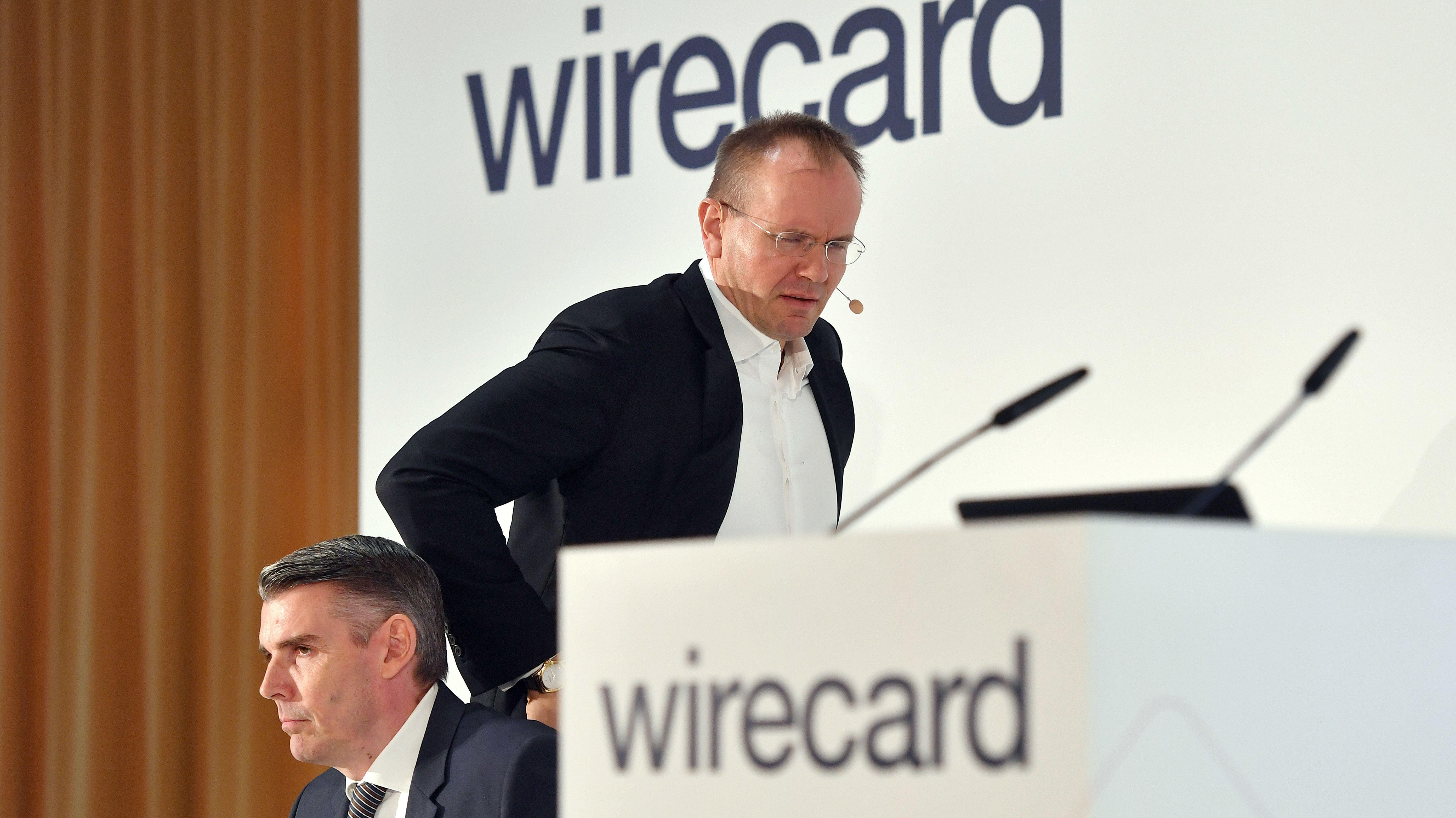 Archivfoto: Dr. Markus Braun (CEO,Vorstandsvorsitzender), betritt das Podium. vor Firmenemblem,Logo,Schriftzug. lii: Alexander von Knoop (CFO,Finanzvorstand). Bilanzpressekonferenz
