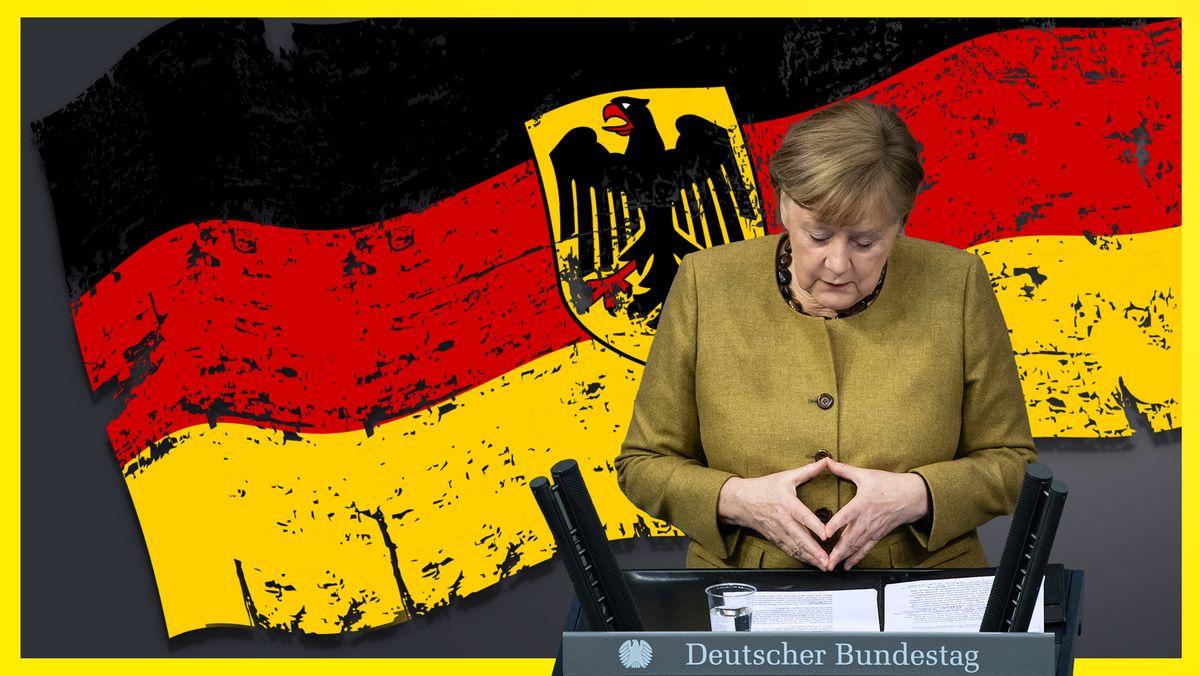 Angela Merkel steht am Rednerpult des Deutschen Bundestages, die Hände zur Raute geformt, hinter ihr eine große Deutschlandflagge mit Bundesadler.