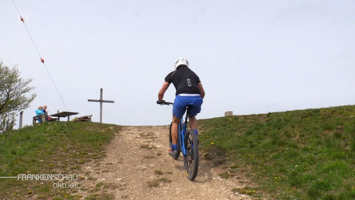 Mountainbikefahrer auf dem Hesselberg