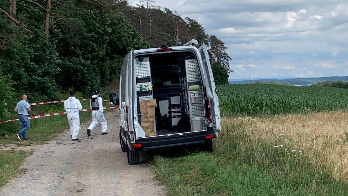Ermittler sichern den Fundort einer Frauenleiche bei Oberrimbach