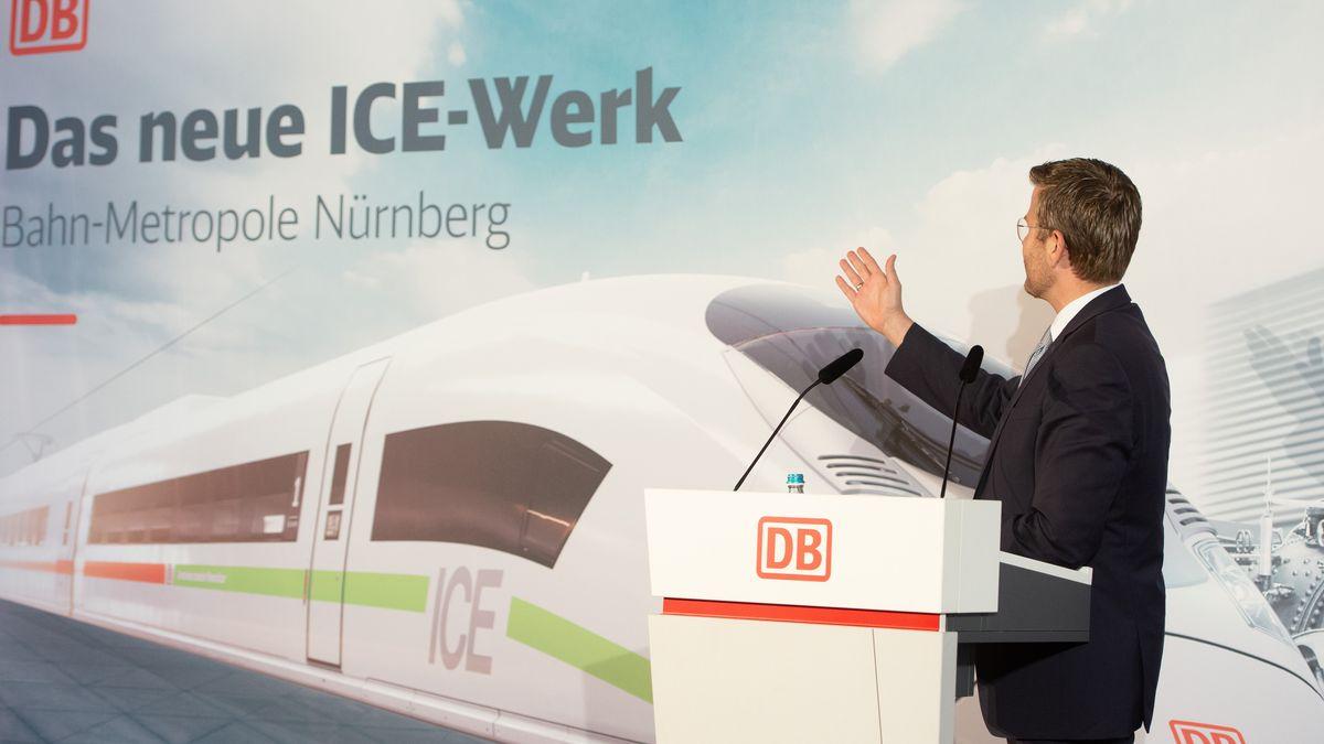 Nürnbergs OB Marcus König vor einem Werbeplakat für das ICE-Werk Nürnberg.