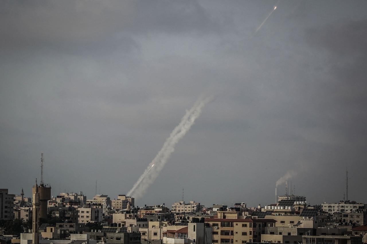 10.05.2021, Palästinensische Autonomiegebiete, Gaza-Stadt: Zwei Raketen werden von der islamistischen Hamas aus Gaza-Stadt in Richtung Israel abgefeuert. Kurz nach Ablauf eines Ultimatums der islamistischen Hamas haben militante Palästinenser mehrere Raketen aus dem Gazastreifen auf Israel abgefeuert. Foto: Mohammed Talatene/dpa +++ dpa-Bildfunk +++