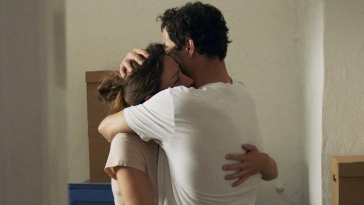 """Film-Still aus """"Alles ist gut"""", die beiden Hauptdarsteller umarmen sich"""