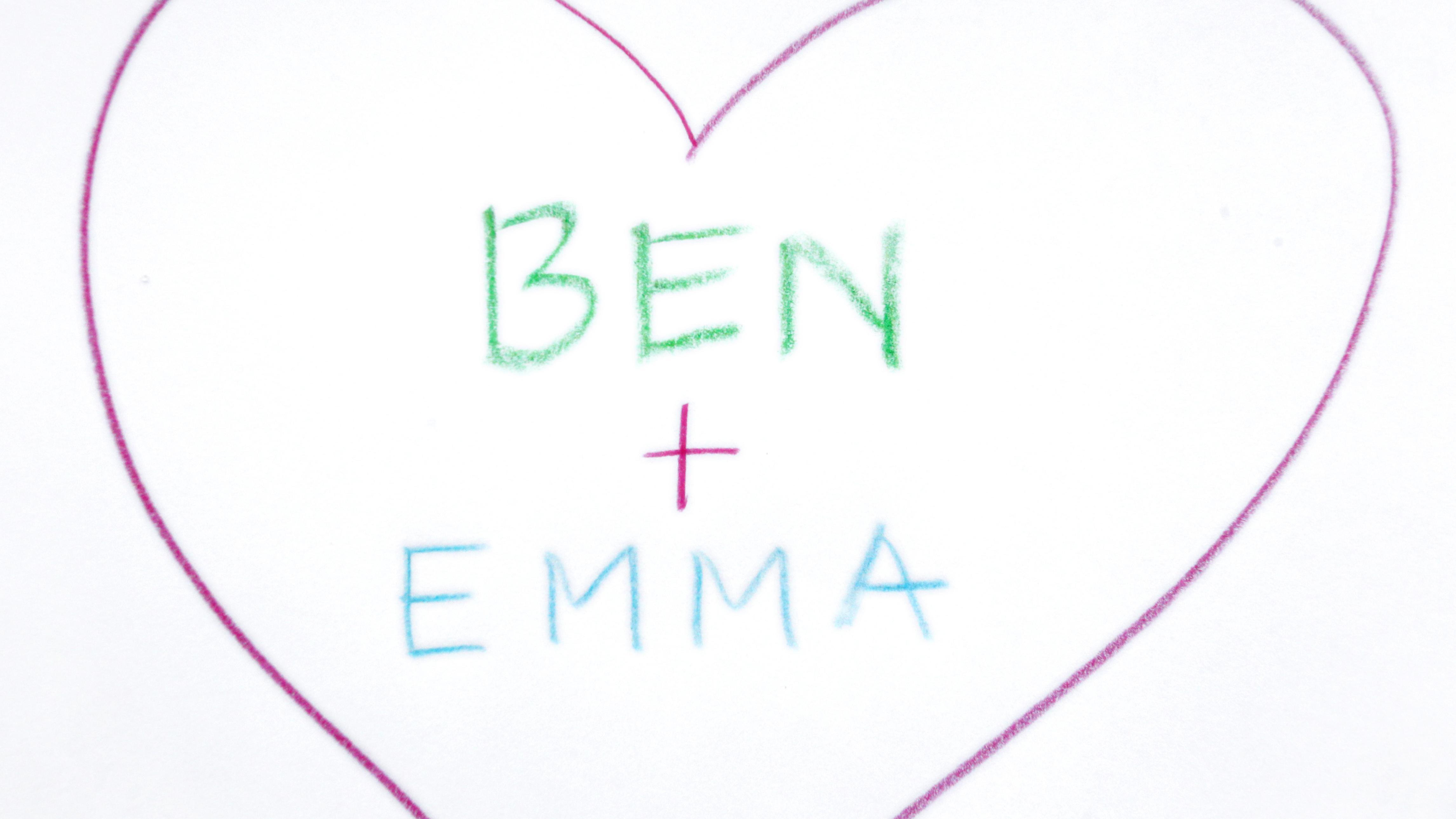 Die Vornamen Ben und Emma in einem Herz auf ein Papier geschrieben
