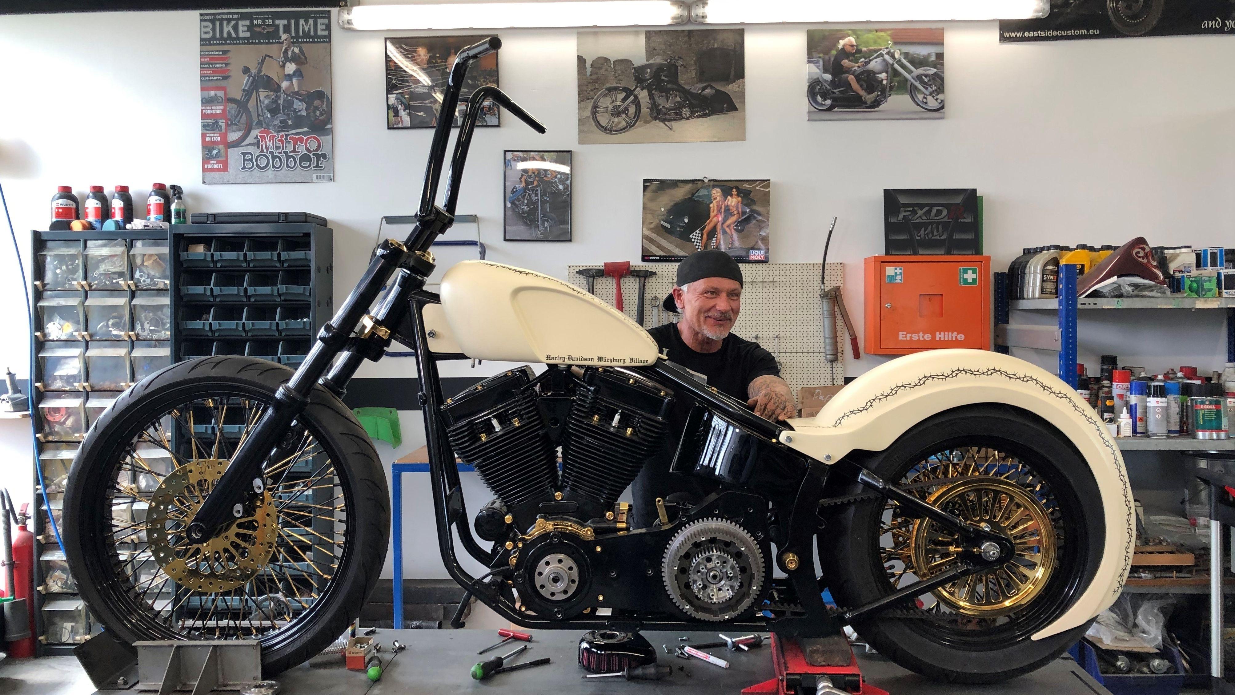 Papst-Harley in der unterfränkischen Harley-Davidson-Werkstatt in Hettstadt