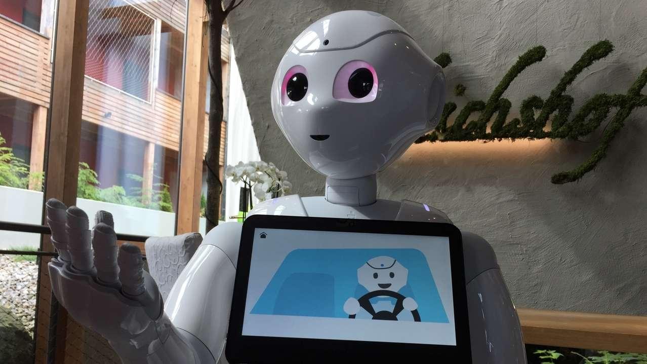 """Im Familienhotel """"Ulrichshof"""" in Zettisch bei Rimbach begrüßt der Roboter Pepper die Gäste."""