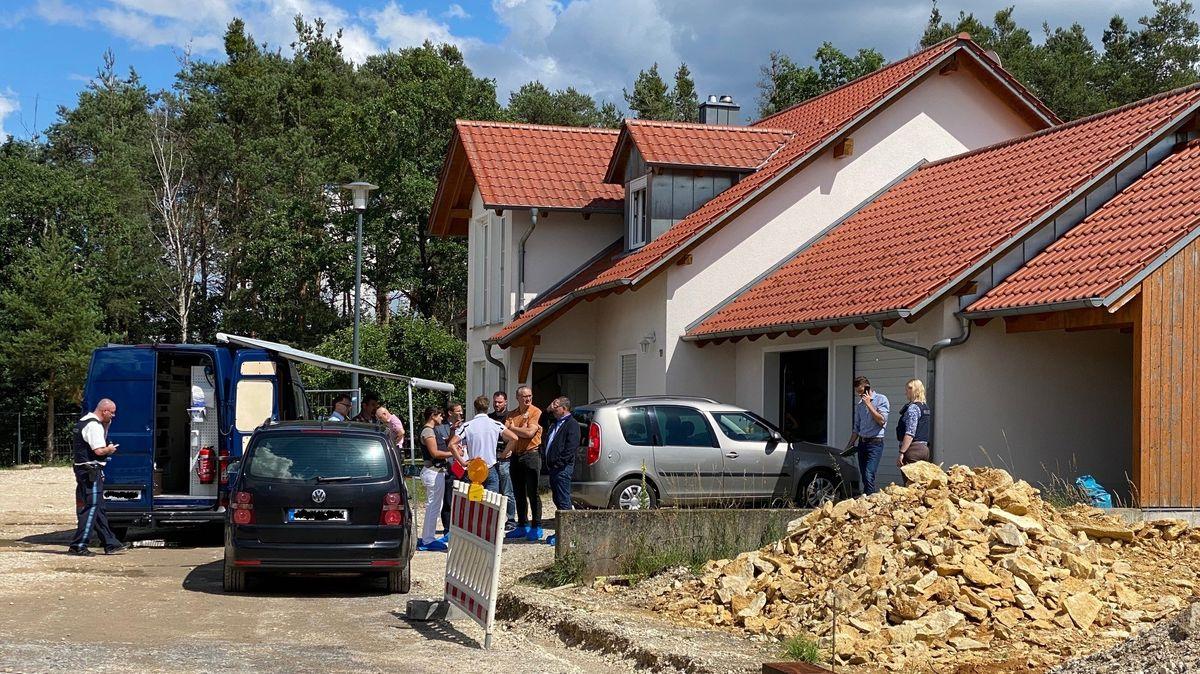 Nach dem Fund von zwei toten Personen in einem Einfamilienhaus in Schwandorf ermittelt die Polizei