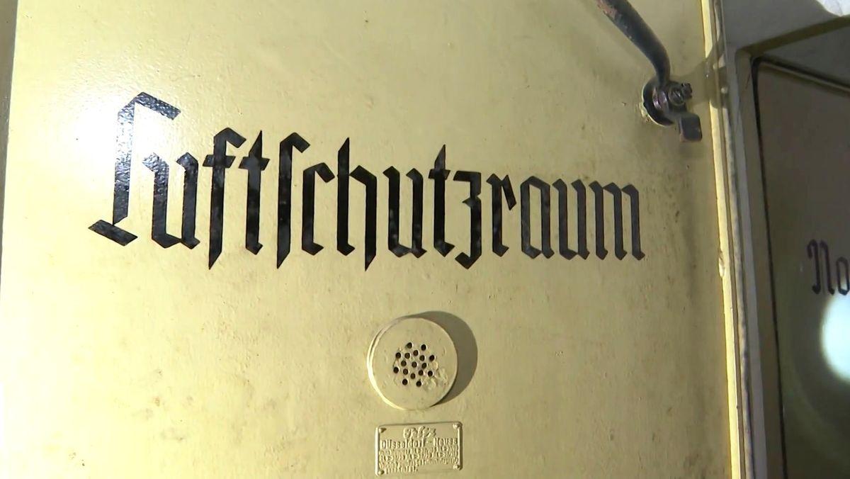 """""""Luftschutzraum"""" steht auf der alten Bunkertür"""