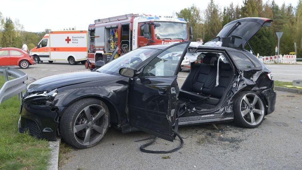 Bei einem Verkehrsunfall auf einer Kreuzung in Thyrnau im Landkreis Passau sind sechs Menschen schwer verletzt worden