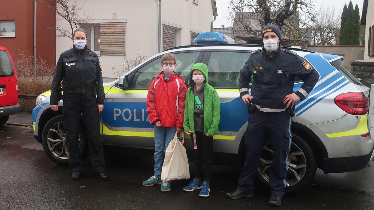 Konrad und Maxi (beide acht Jahre alt) mit zwei unterfränkischen Polizeibeamten