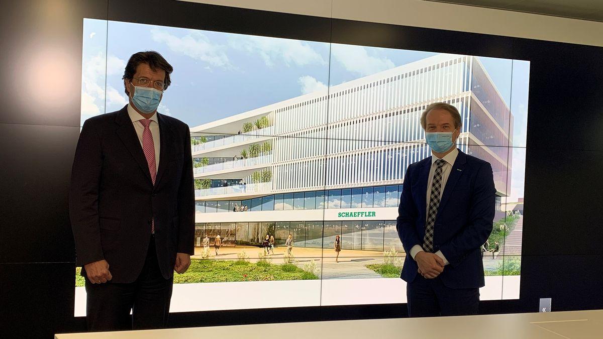 Klaus Rosenfeld und Andreas Schick (Vorstand Produktion) mit Visualisierung des neuen Zentrallabors von Schaeffler