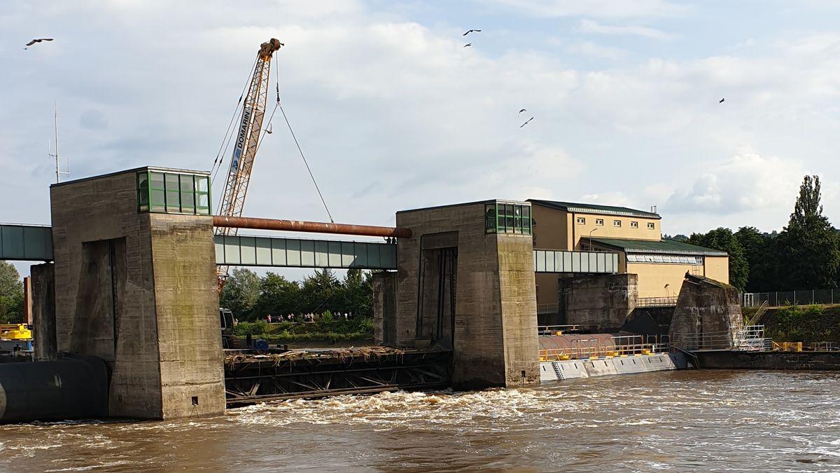 Mit einem 30 Meter langem Stahlrohr wurde das Stauwehr Erlabrunn provisorisch abgedichtet.