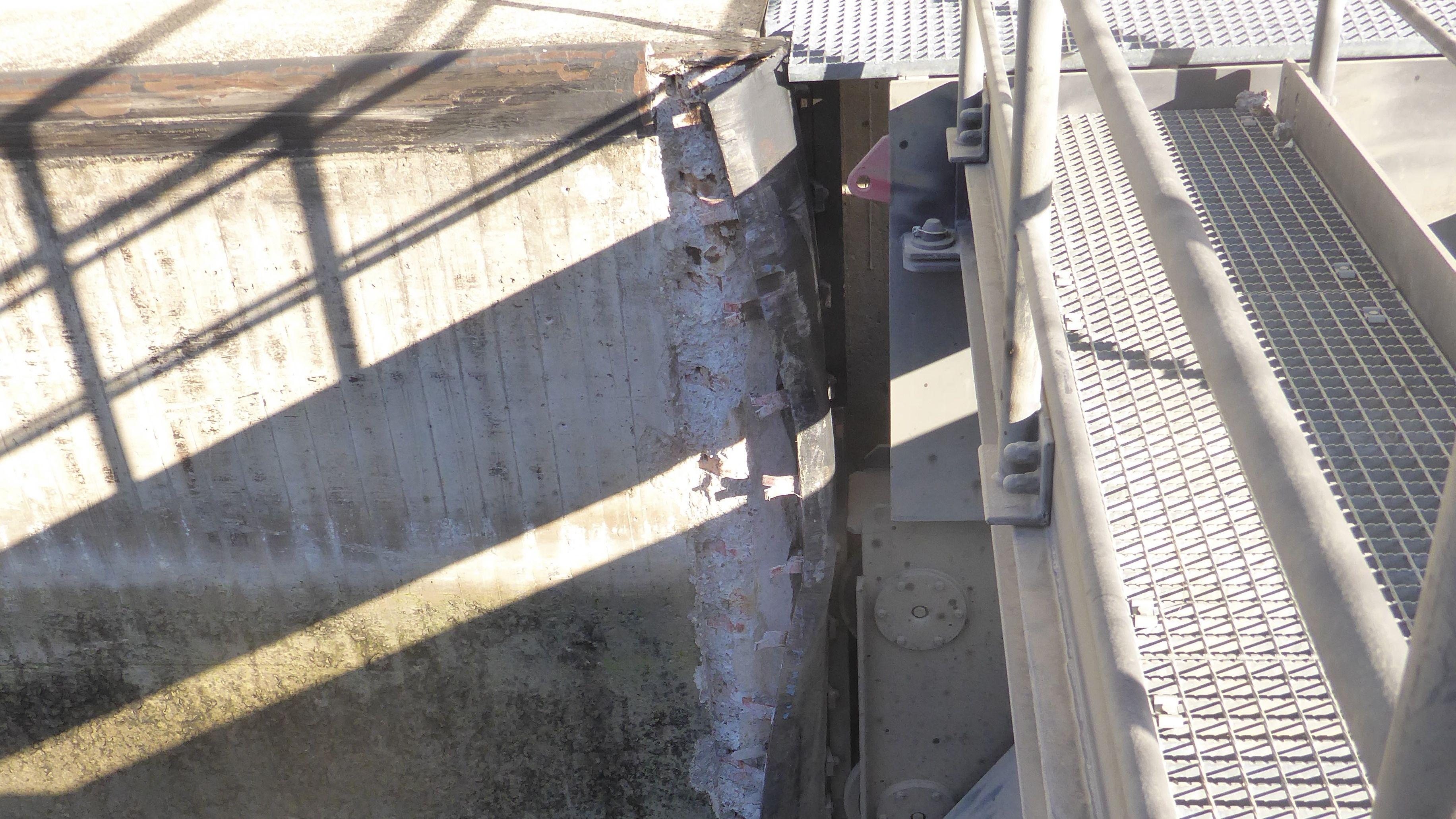 Der beschädigte Kantenschutz am Schleusentor