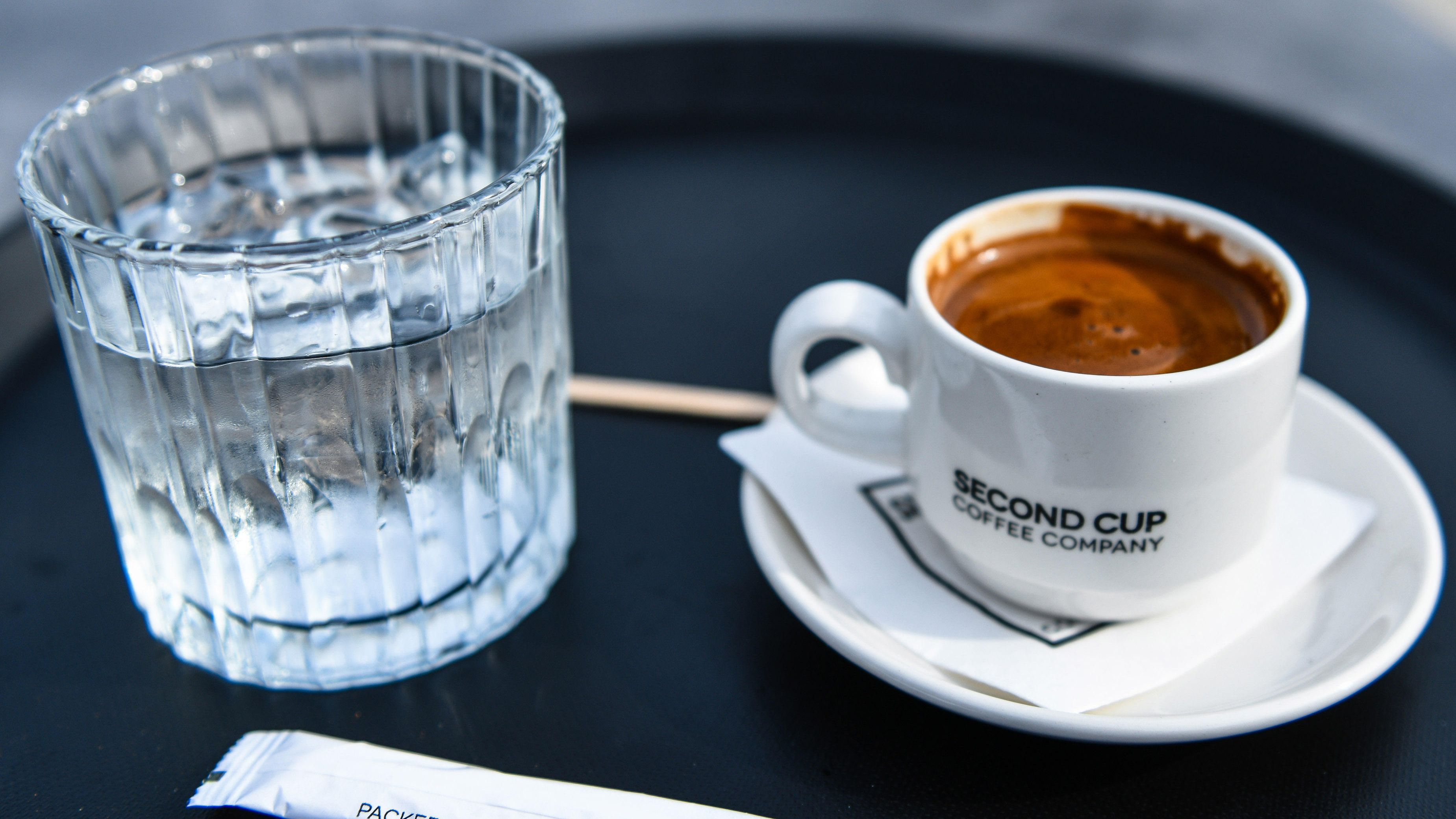 Glas Wasser und ein Espresso