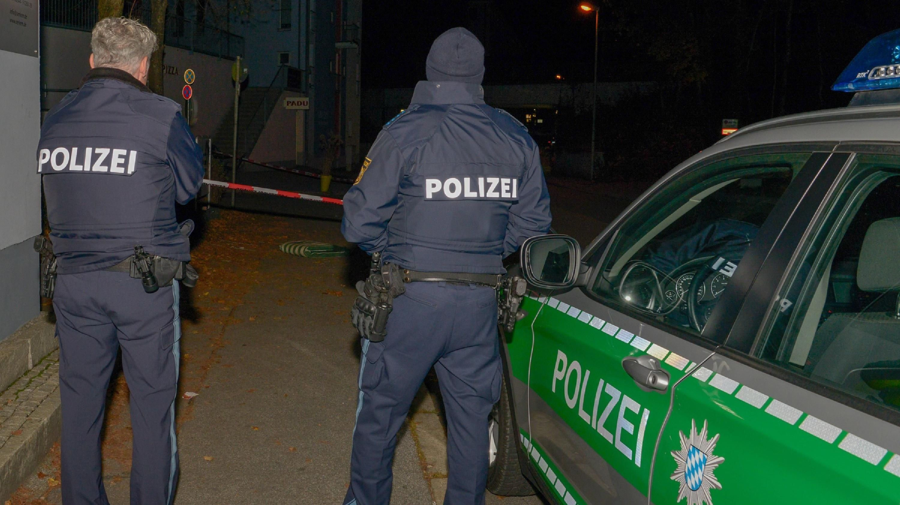 Polizisten am Tatort in Passau