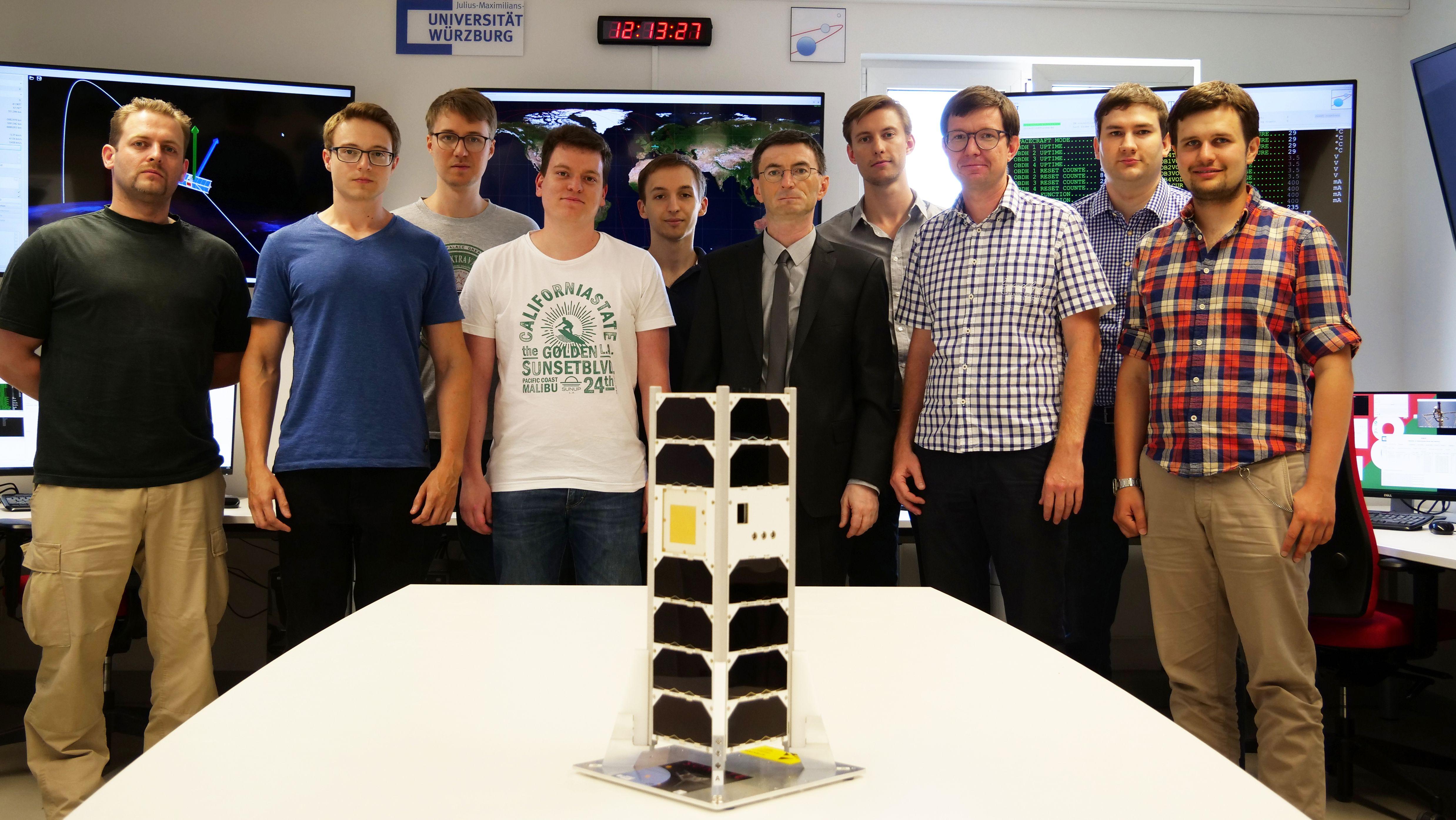 Das Team von Prof. Hakan Kayal (Fünfter von rechts) und Projektleiter Oleksii Balagurin (Dritter von rechts) hinter dem Sonate-Projekt im Missionskontrollzentrum des Satelliten am Campus Hubland Nord.