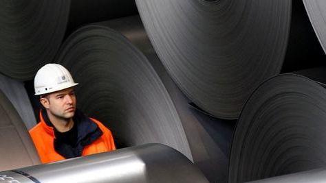 Mitarbeiter von Thyssen-Krupp im Stahlwerk in Duisburg