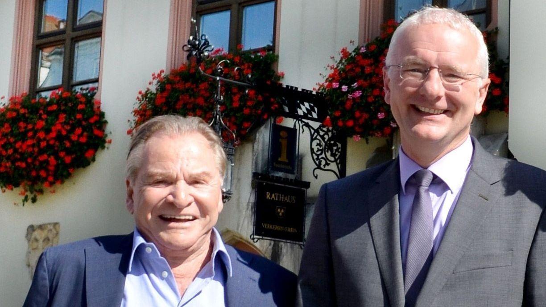 Schauspieler Fritz Wepper und Landshuts OB Alexander Putz (FDP) vor dem Landshuter Rathaus