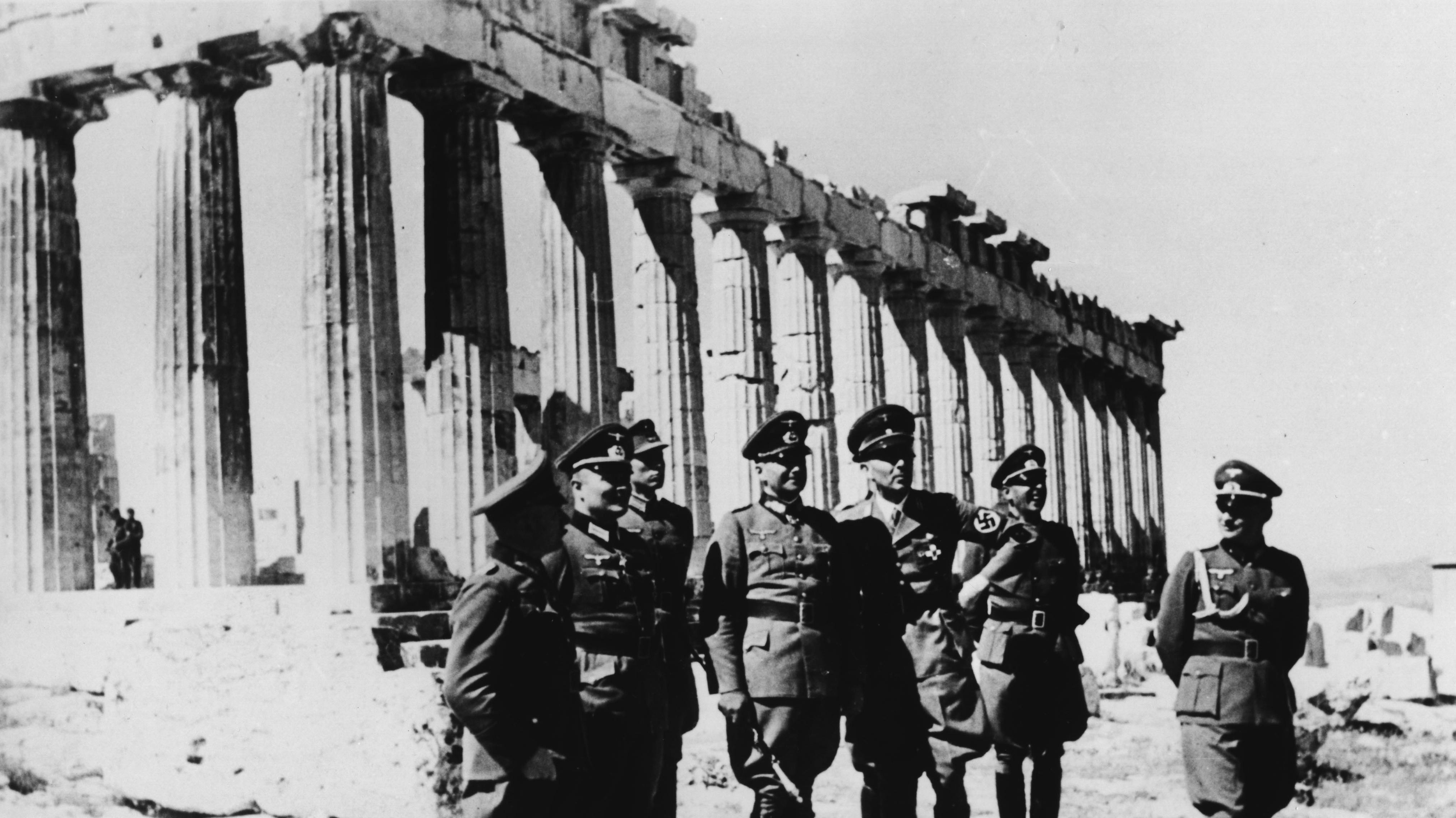 Generalfeldmarschall Walther von Brauchitsch (4.v.l.) vor der Athener Akropolis nach der Eroberung Griechenlands durch die Deutschen (April 1941)