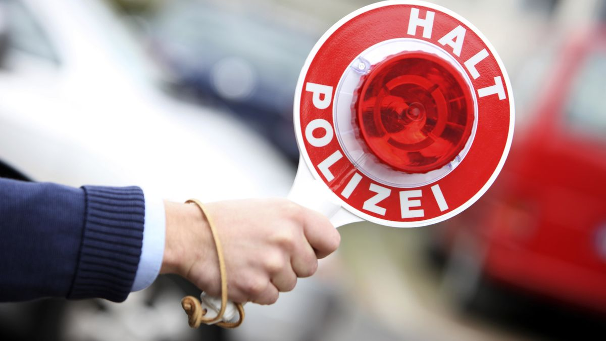 Polizist mit einer Winkerkelle