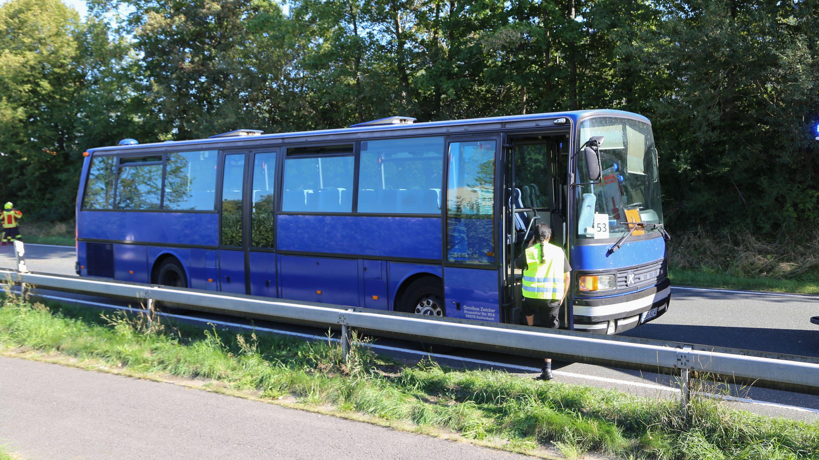 Zum Zeitpunkt des Unfalls saßen aber nur noch zwei Kinder, eine Begleitperson und der Fahrer in dem Schulbus.