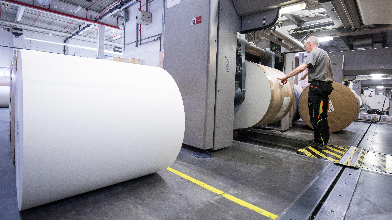 Ein Mann arbeitet in einer Druckerei