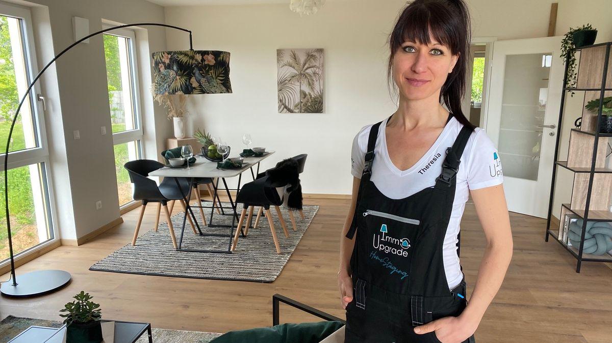 Die Home Stagerin Theresia Wissinger steht in einer Wohnung.