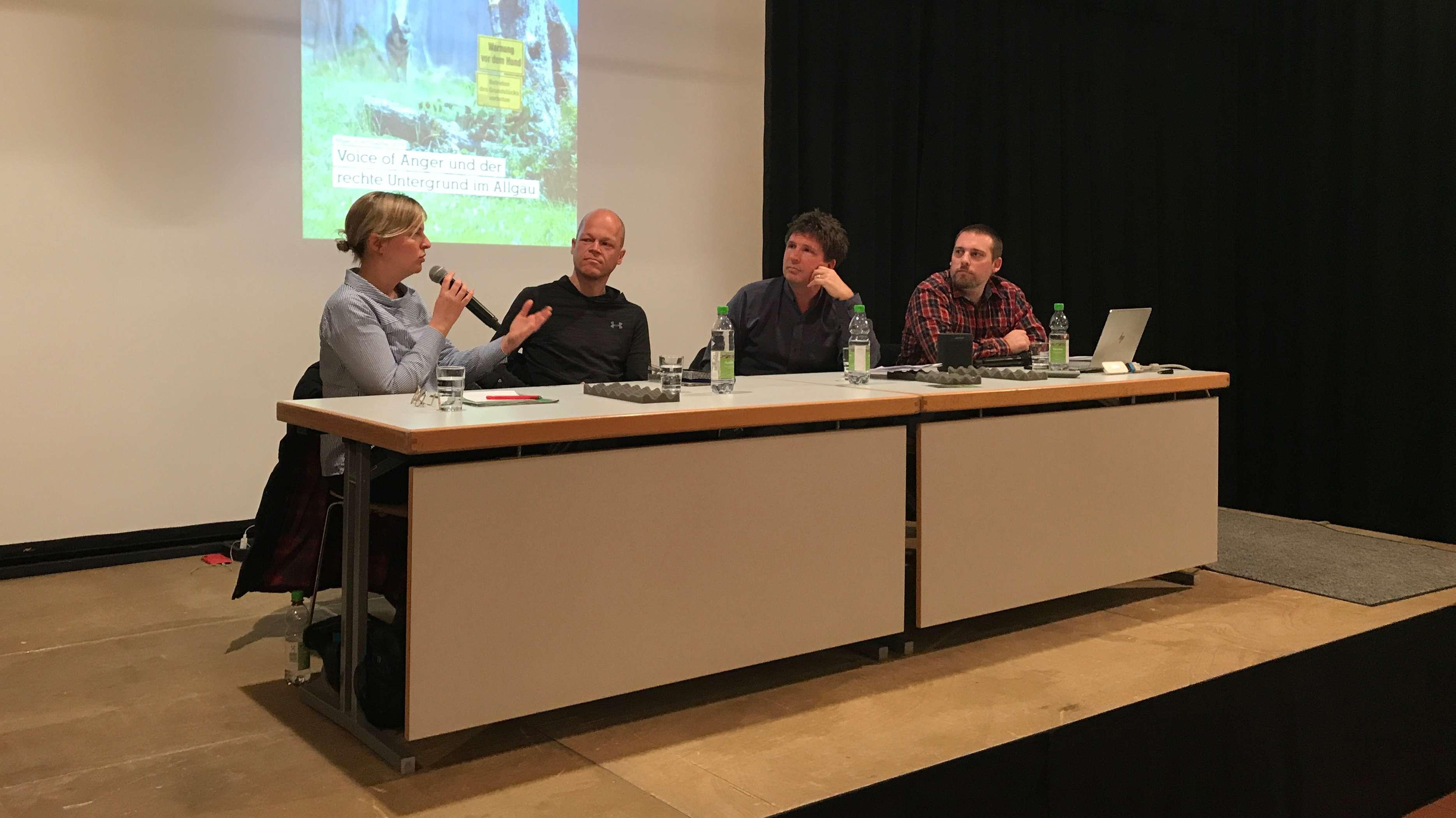 Grünen-Fraktionschefin Katharina Schulze, Journalist Robert Andreasch, Moderator Thies Marsen und Journalist Sebastian Lipp bei einer Podiumsdiskussion in Memmingen