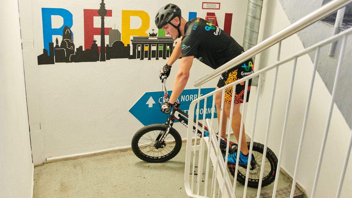 11.09.2019, Berlin: Der polnische Trial Biker Krystian Herba im Treppenhaus des Park Inn Hotels. Er brach seinen eigenen Rekord.
