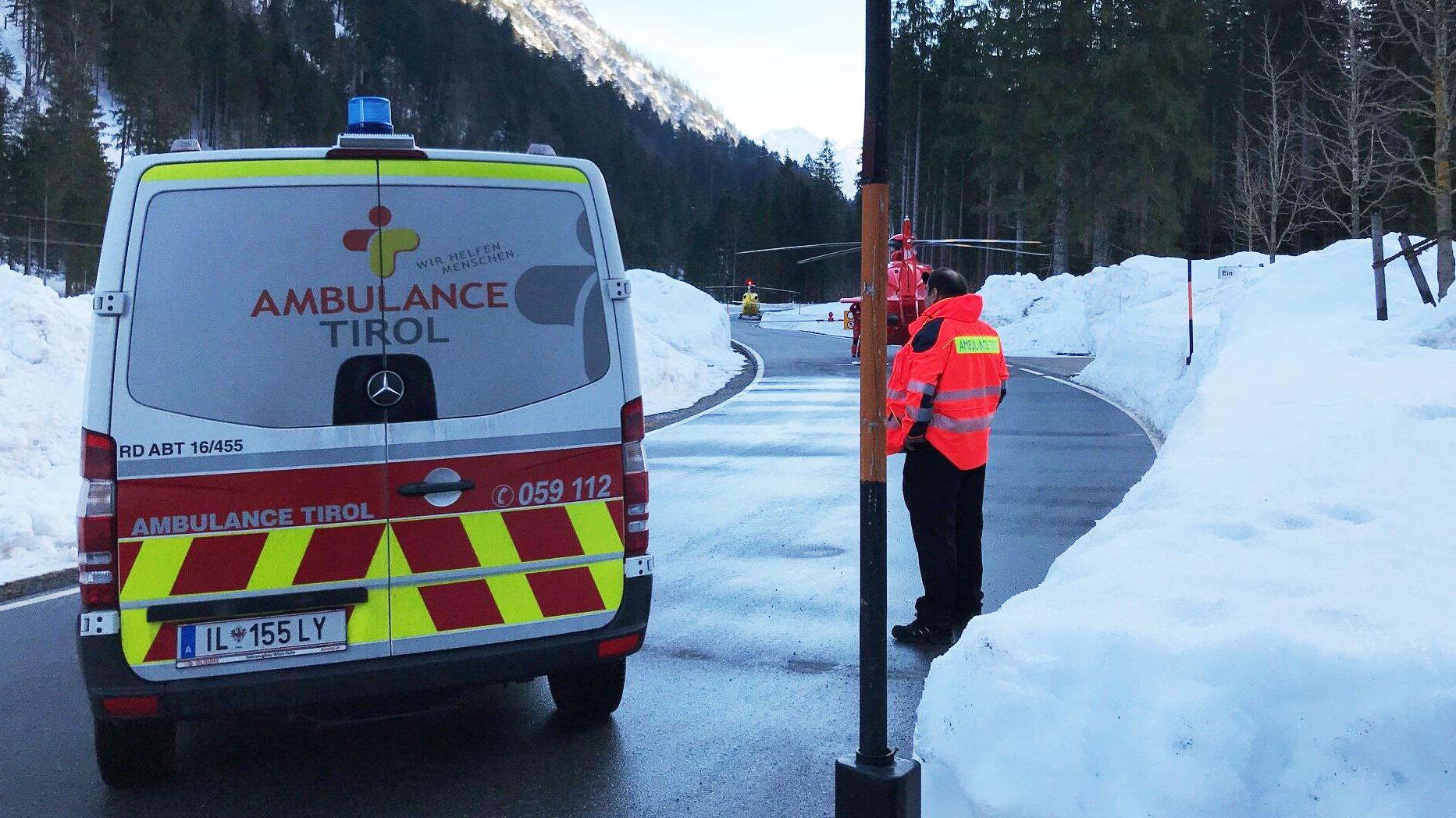 Ein Krankenwagen und zwei Rettungshubschrauber blockieren die Straße.