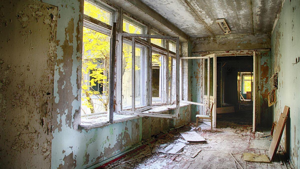 Ein heruntergekommener Flur, mit offenen Fenstern und abblätternder Farbe in der Geisterstadt Prypiat. Die wurde nach dem Reaktorunglück geräumt