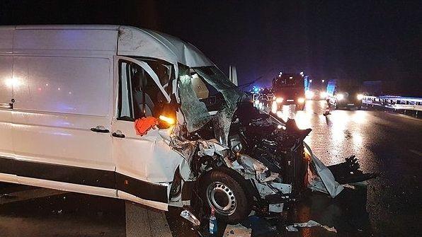 Der völlig demolierte Lieferwagen nach dem Zusammenstoß mit einem Laster