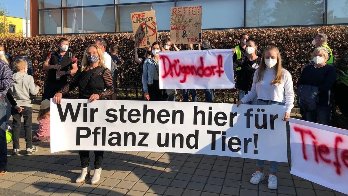 Menschen stehen im Protest mit Bannern