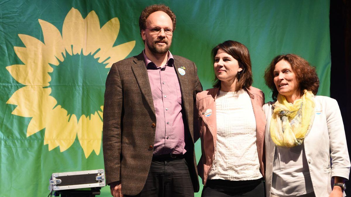 Annalena Baerbock (Mitte), Kerstin Celina (rechts) und Patrick Friedl (links) beim Landtagswahlkampf am 9. Oktober 2018 in Würzburg