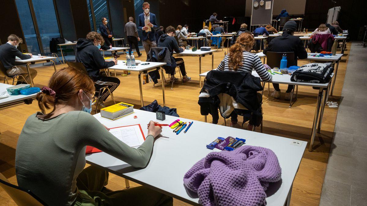 Schüler sitzen unter der Aufsicht mehrerer Lehrer in der Aula des Münchner Wilhelmsgymnasiums, um ihr Abitur in Deutsch abzulegen.