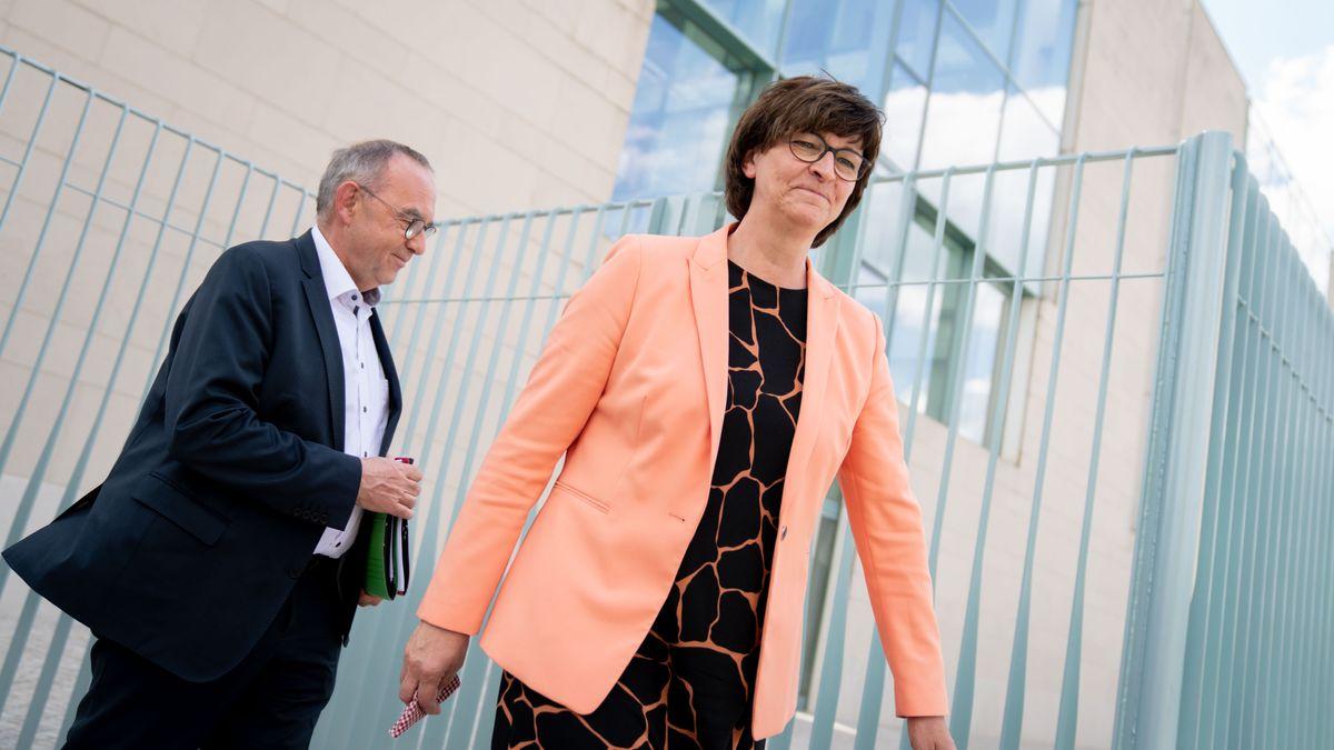 Saskia Esken, Bundesvorsitzende der SPD, und Norbert Walter-Borjans, Bundesvorsitzender der SPD, kommen zum Koalitionsgipfel ins Bundeskanzleramt