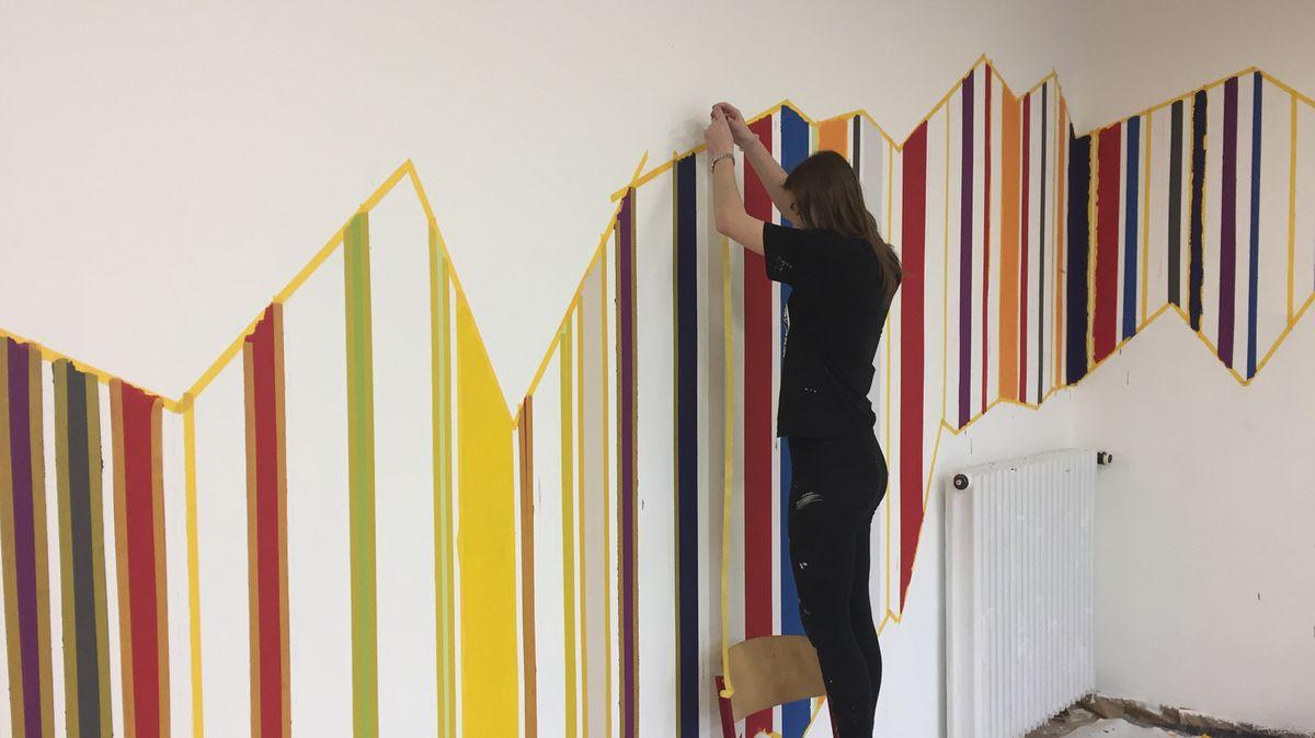 Schüler der Projekt-Klasse gestalten unter der Anleitung von Malermeister Michael Röling ein Klassenzimmer.