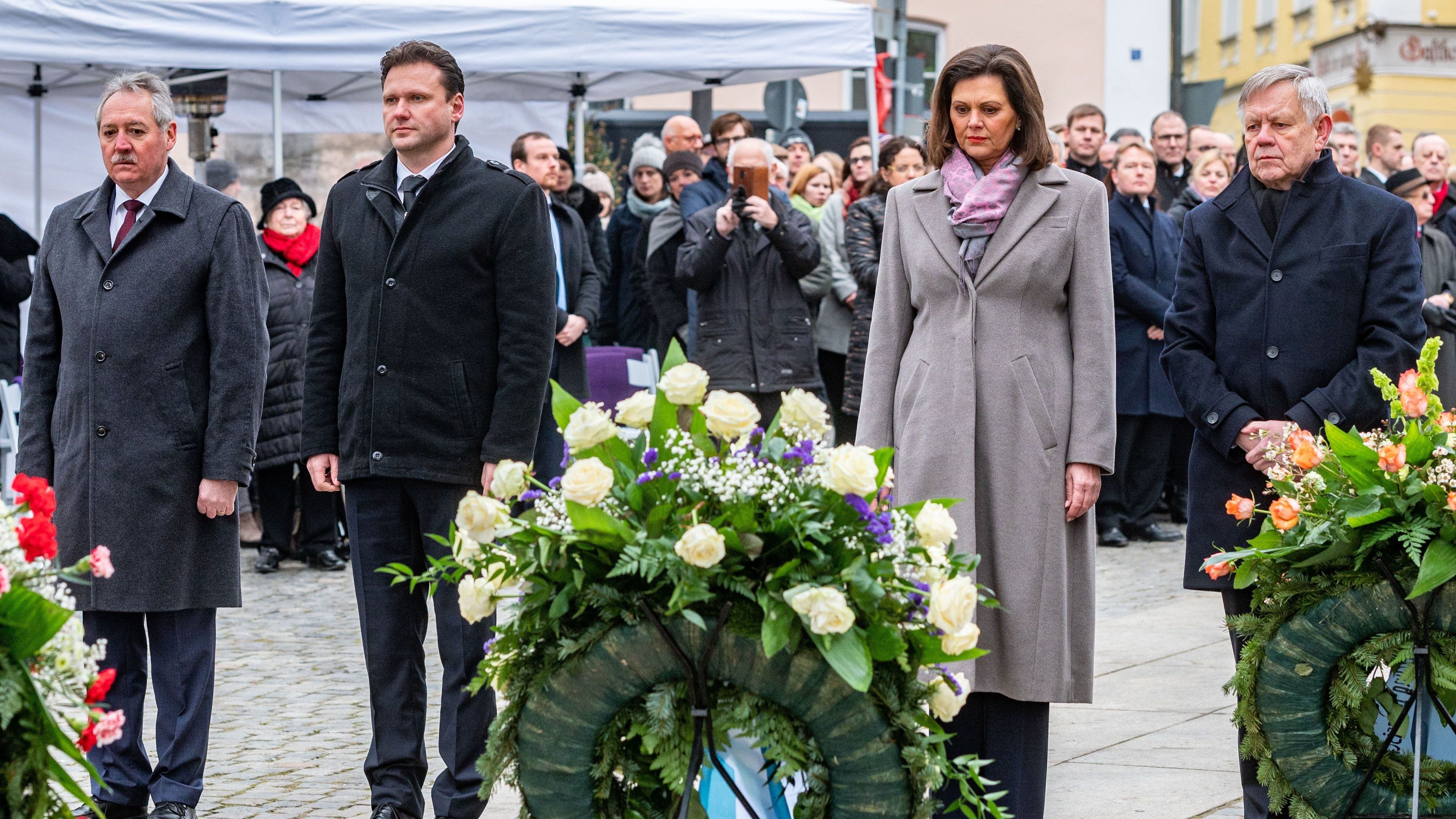Viktor Sigl, (l.-r.), Radek Vondracek, Ilse Aigner, Karl Freller am Mahnmal für die Opfer des Nationalsozialismus