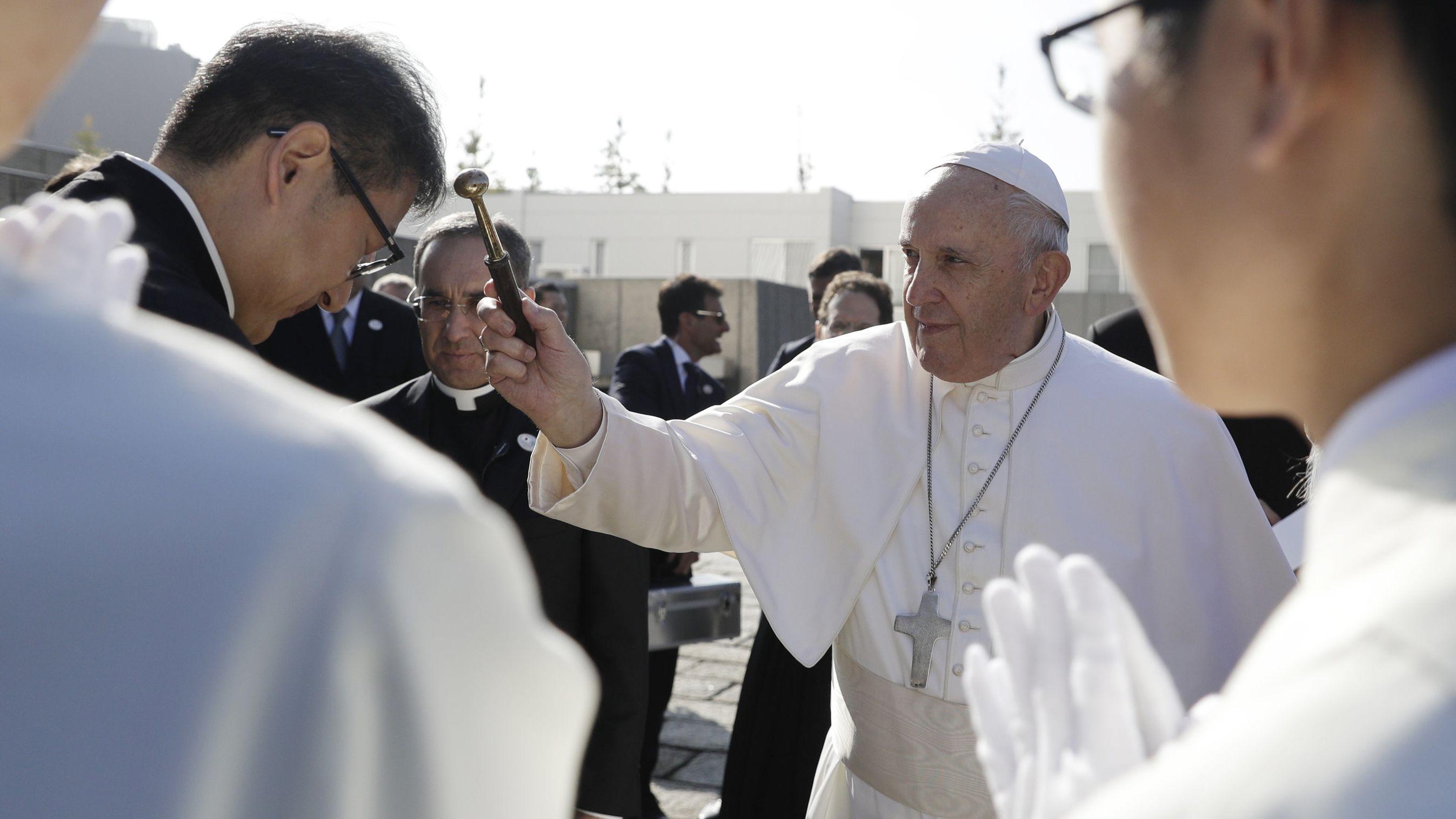 Papst Franziskus streut Weihwasser, während er am 25.11.19 in Tokio die Kathedrale St. Marien betritt.