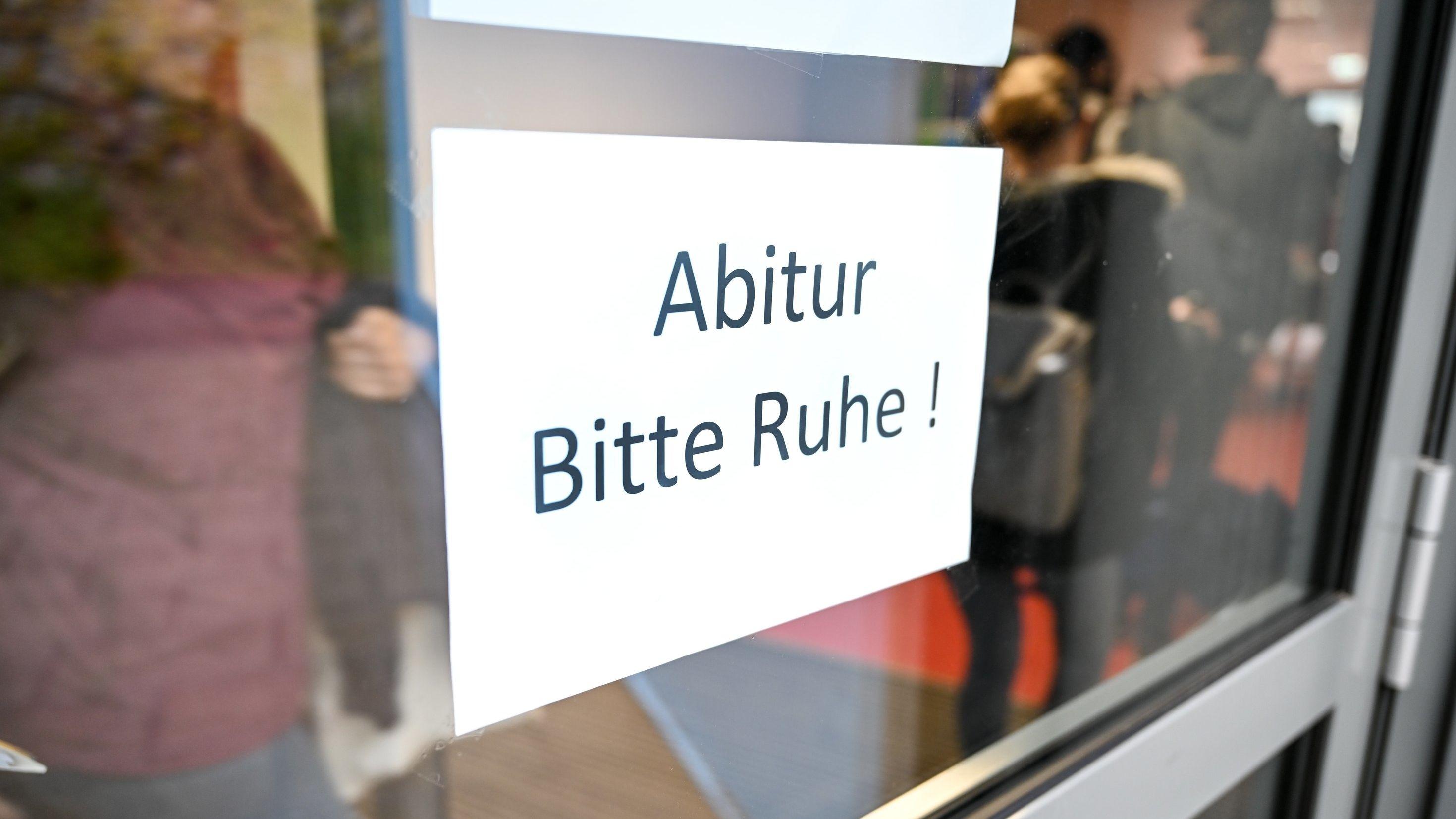 """Gymnasium in Ravensburg, Schild """"Abitur. Bitte Ruhe"""""""