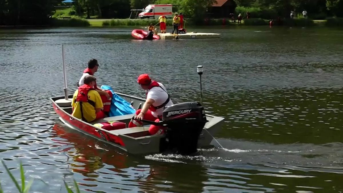 Ein Boot mit Rettungskräften auf dem Trebgaster Badesee.